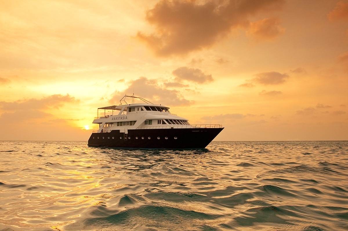 Anastasia Yacht im Sonnenuntergang auf den Malediven